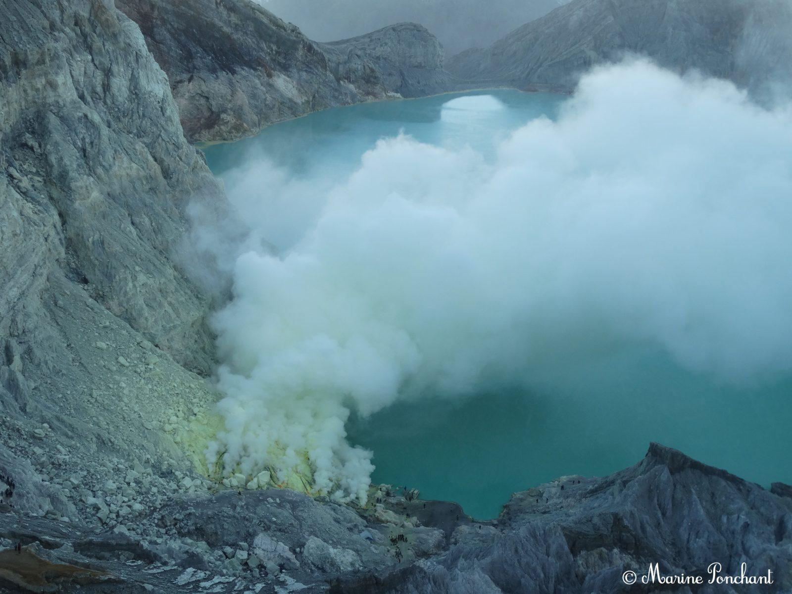 Lac acide de souffre au Kawah Ijen